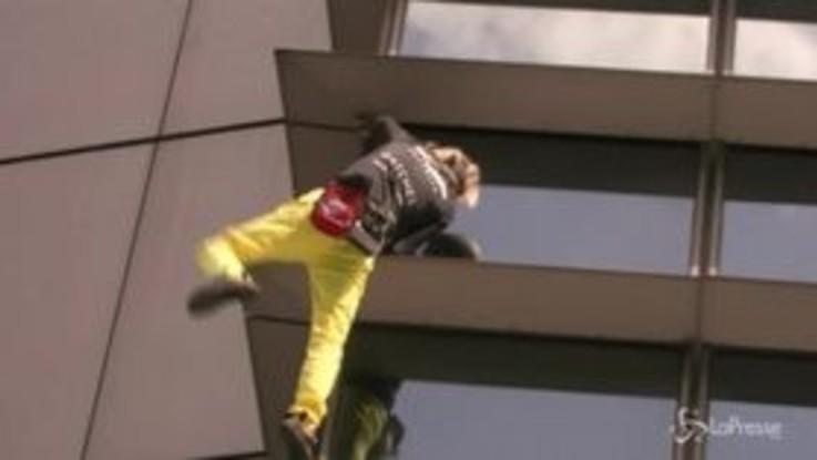 """Nuova impresa dello """"Spiderman"""" francese: scala un grattacielo nelle Filippine e viene arrestato"""