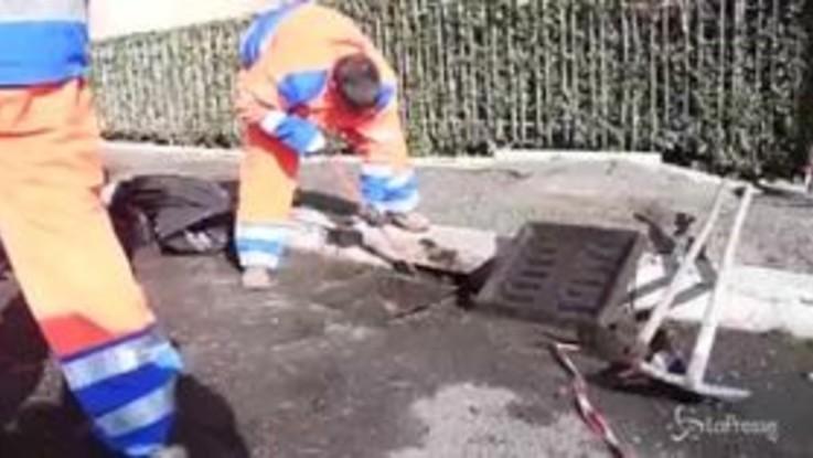 Roma, i detenuti al lavoro per chiudere le buche