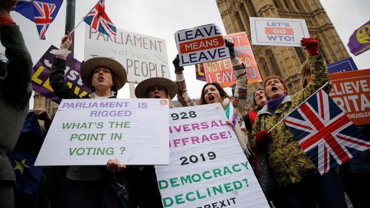 """Brexit, Juncker: """"Ue non rinegozierà l'accordo, il voto di Londra ha aumentato il rischio di no deal"""""""