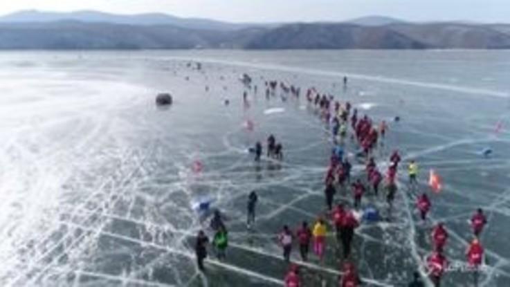 Cina, la suggestiva corsa sul lago ghiacciato