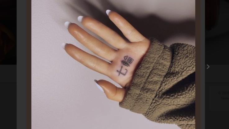 Ariana Grande fa confusione con gli ideogrammi: si tatua una griglia ma lei è vegana