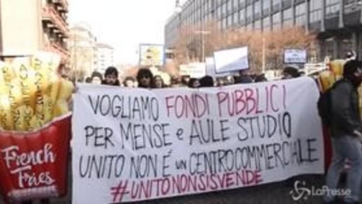 Torino, tensioni al flash mob contro l'apertura dei fast food