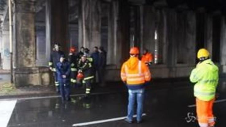 Milano, viale Testi: cadono calcinacci dal ponte della ferrovia