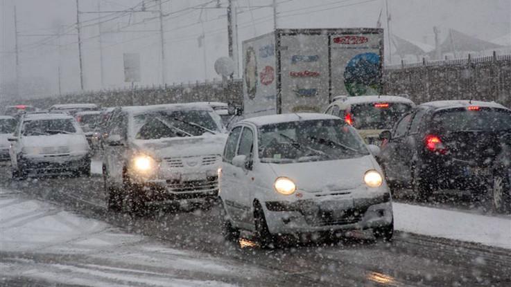 Neve in autostrada al Brennero. Traffico bloccato per ore, code chilometriche