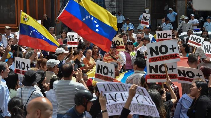 """Venezuela, generale appoggia Guaido: """"Maduro ha due aerei sempre pronti per fuggire"""". Scontro tra piazze"""