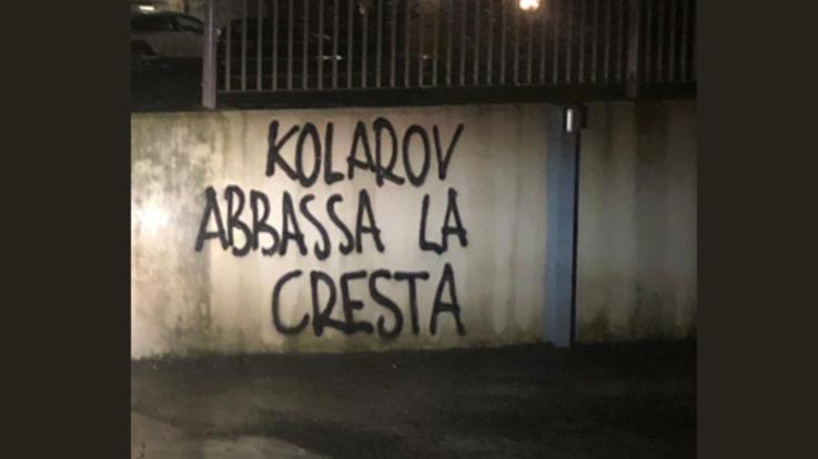 """Roma, scritte contro Kolarov in città: """"Abbassa la cresta, croato di m..."""""""