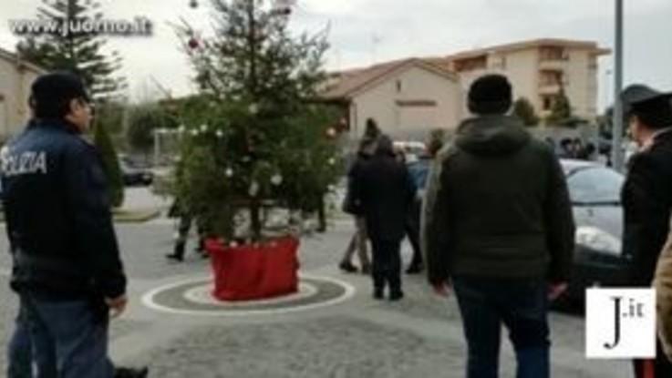 Napoli, i funerali del piccolo Giuseppe, la madre scortata dalla polizia