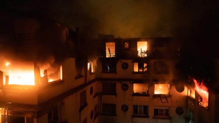 Incendio distrugge un palazzo in un ricco quartiere di Parigi: dieci morti