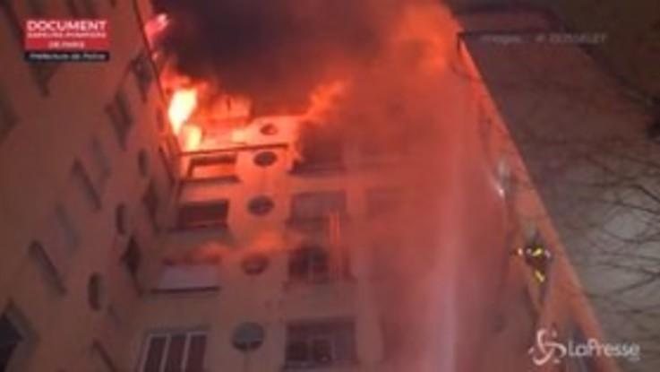 Palazzo in fiamme a Parigi: le impressionanti immagini