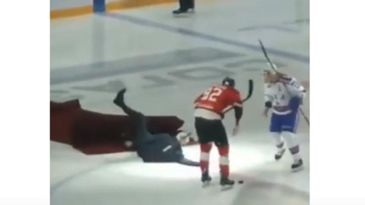 Mourinho dà il via alla partita di hockey, ma scivola sul ghiaccio: il video virale