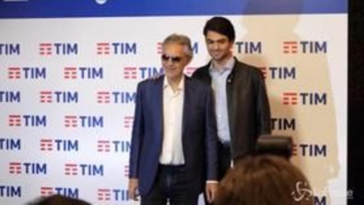 Sanremo, la famiglia Bocelli assediata dai fotografi