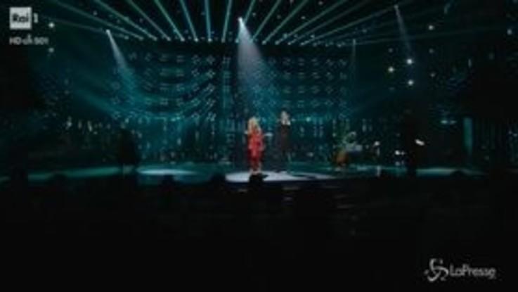 """Sanremo, la canzone non parte, Pravo polemica: """"Qui per cantare o per una passeggiata?"""""""