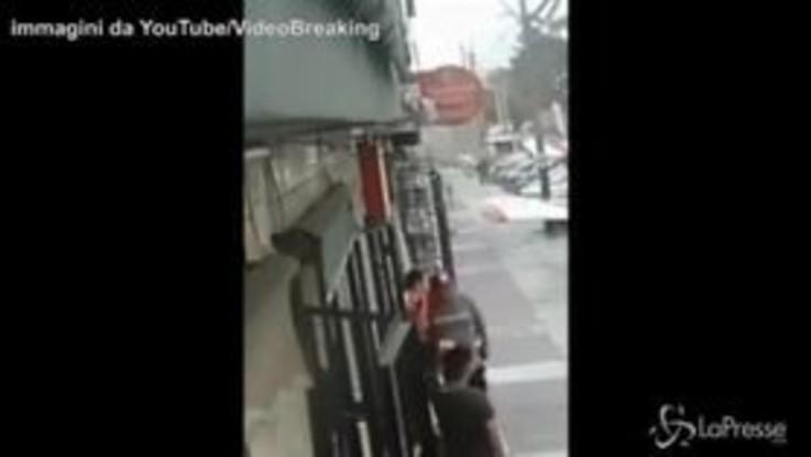 Perù, atterraggio in strada: l'aereo si schianta sulle auto
