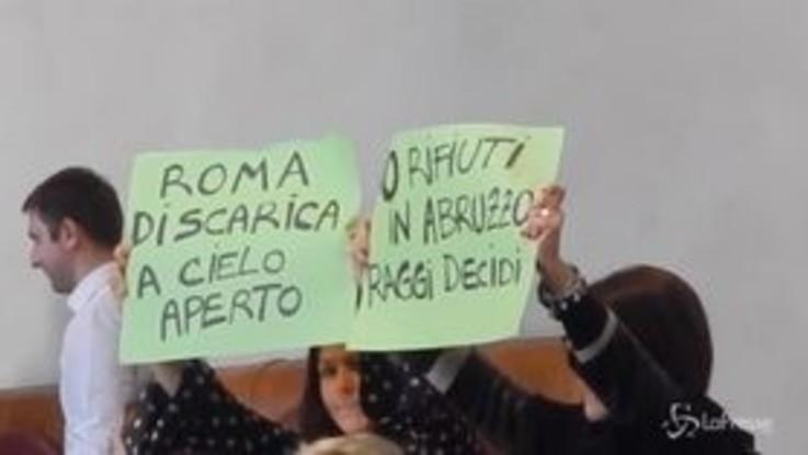 Roma, proteste dei consiglieri Pd per l'approvazione del bilancio Ama