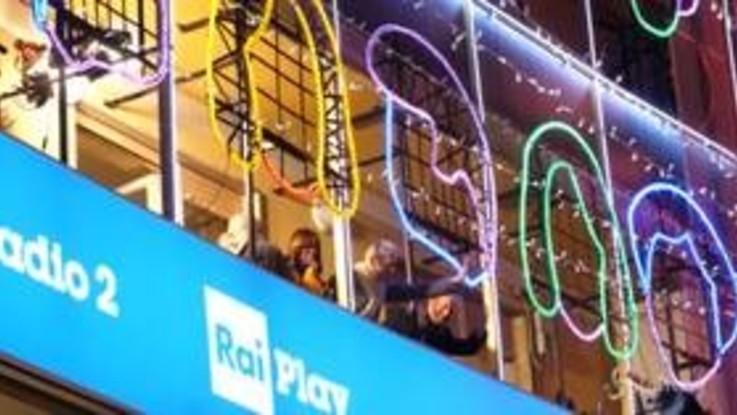 Sanremo, Baglioni si affaccia e saluta i fan prima della terza serata