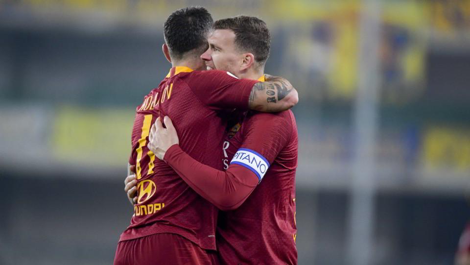 Dzeko esulta con Kolarov dopo il 3-0 del serbo ©