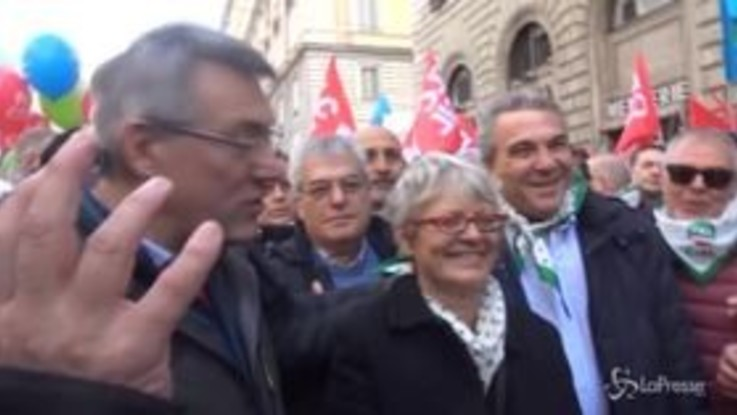 """Sindacati in piazza, Landini: """"Non si cambia il Paese contro chi lavora"""""""