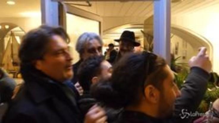 Sanremo, arriva Vessicchio: il direttore assalito dai fan