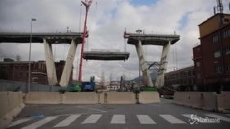 Ponte Morandi, ecco le immagini della discesa del troncone ovest