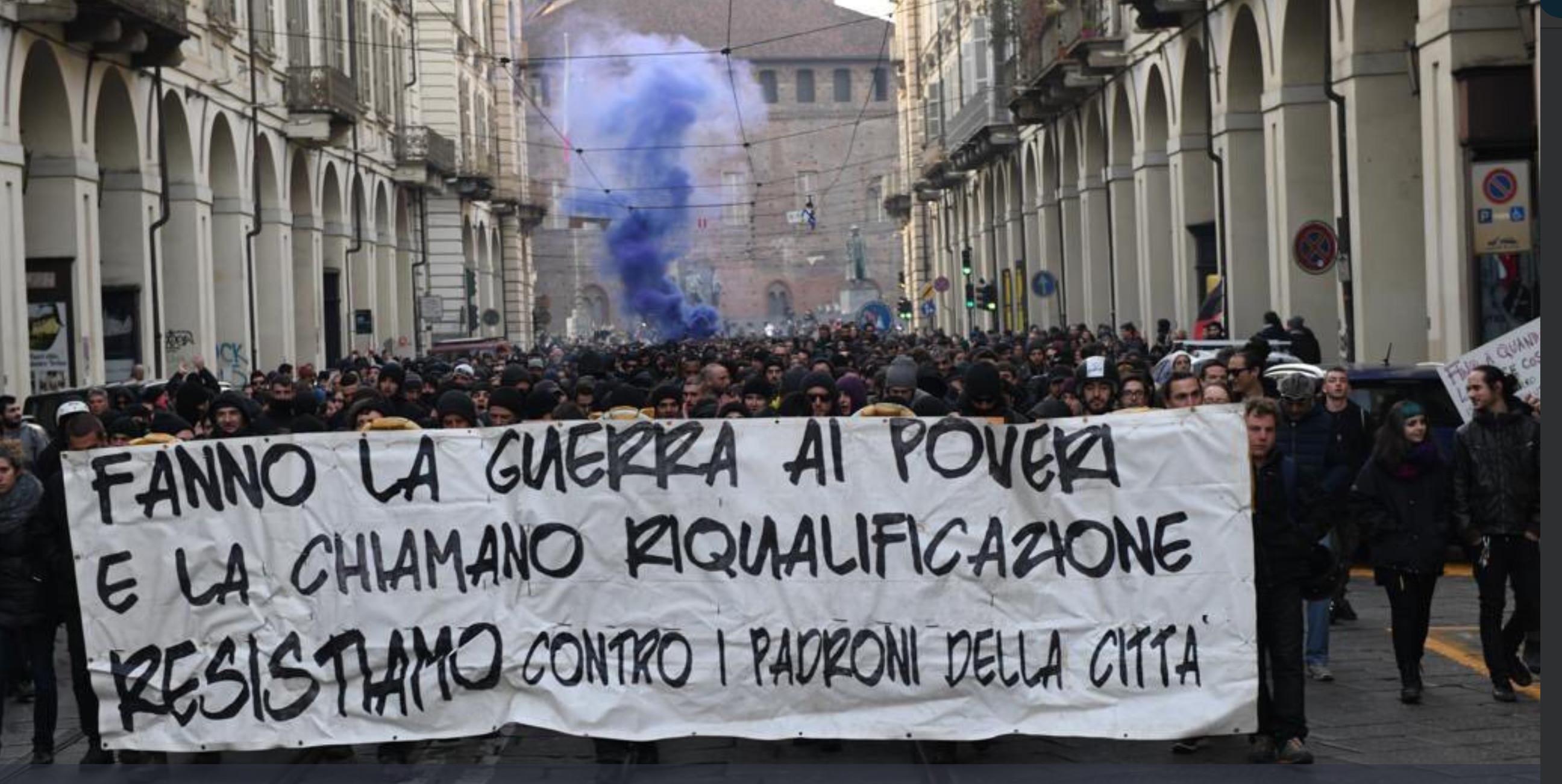 Torino, scontri durissimi e assalti ai bus al corteo degli anarchici: 12 fermati, 4 feriti