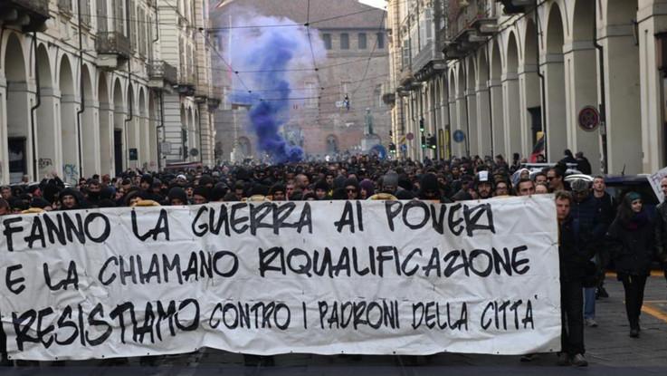 Torino, scontri durissimi e assalti ai bus al corteo degli anarchici