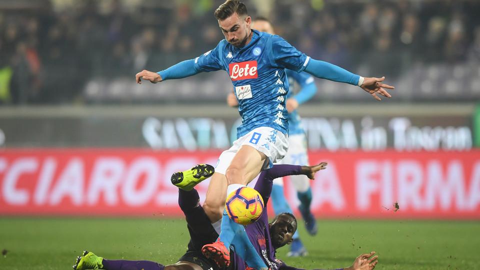 Fabian Ruiz (SSC Napoli) in azione contrastato da Edimilson Fernandes (A.C. Fiorentina) ©