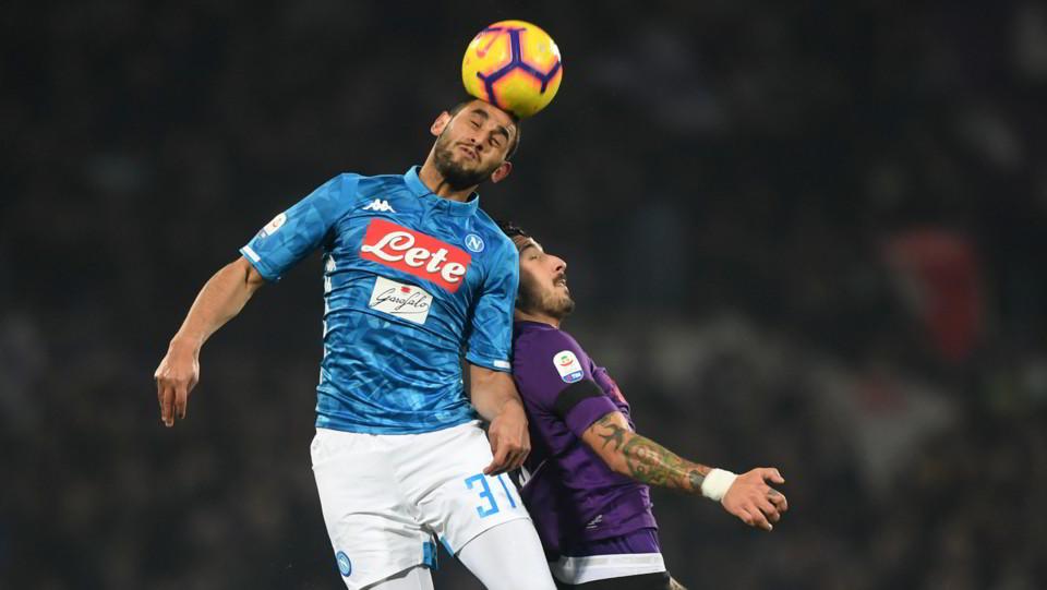 Faouzi Ghoulam (SSC Napoli) in azione contrastato da Federico Ceccherini (A.C. Fiorentina) ©