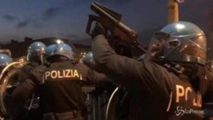 Torino, lacrimogeni e idranti in centro città: scontri anarchici-polizia