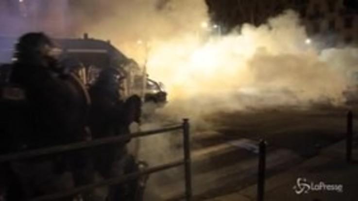 Torino: lanci di pietre, incendi e scontri nel corteo di protesta dei centri sociali