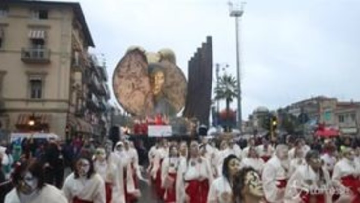 Carnevale di Viareggio, le immagini della prima sfilata