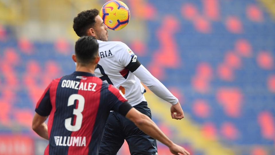 Antonio Sanabria (Genoa CFC) in azione contrastato da Giancarlo Gozalez (Bologna F.C.) ©