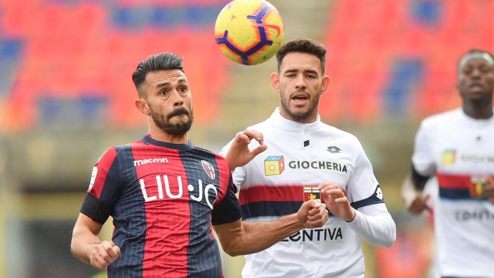 Giancarlo Gozalez (Bologna F.C.) in azione contrastato da Antonio Sanabria (Genoa CFC) ©