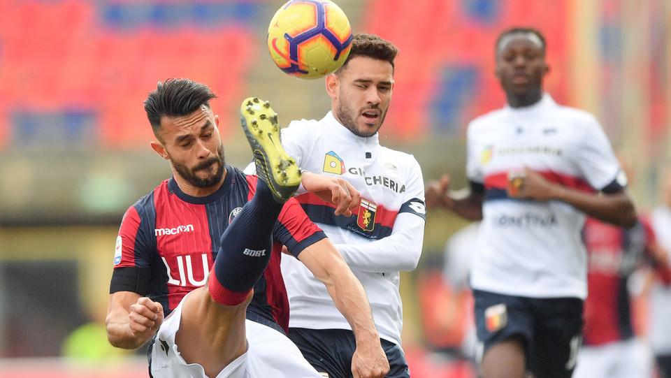 Gozalez (Bologna F.C.) in azione contrastato da Antonio Sanabria (Genoa CFC) ©