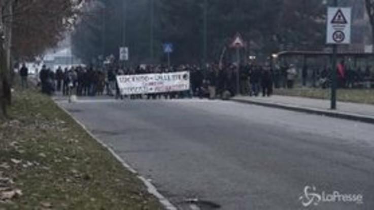 Torino, il corteo degli anarchici contro CasaPound