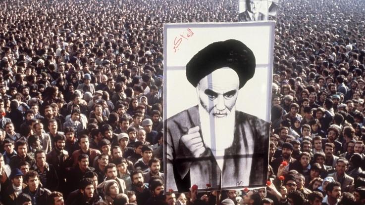 """Iran, migliaia in piazza a Teheran per i 40 anni della rivoluzione islamica. Rohani: """"Complotto degli Usa fallirà"""""""