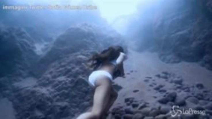 Corsa sott'acqua con una pietra gigantesca: il folle allenamento dell'apneista