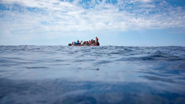 """Migranti, gommone in avaria riportato in Libia. Salvini: """"Bene, tutti salvi"""". Mediterranea: """"Non è un soccorso, ma una cattura"""""""