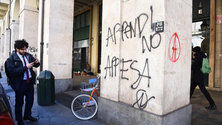 Torino, scritte anarchiche nelle vie del centro