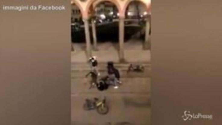 Firenze, pestaggio in strada tra le urla dei passanti