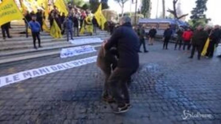 Roma: tenta di darsi fuoco in Campidoglio
