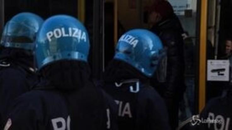 Torino, continua il presidio anarchico: polizia preleva un'attivista dal tram