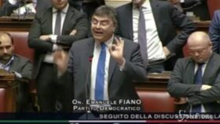 Bagarre alla Camera, deputati Pd lanciano fogli contro Fico