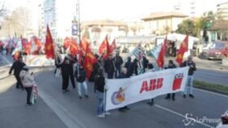 Milano, manifestazione dei lavoratori Abb di Vittuone contro gli esuberi