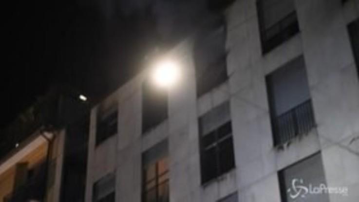 Milano, incendio in uno stabile di via Volta