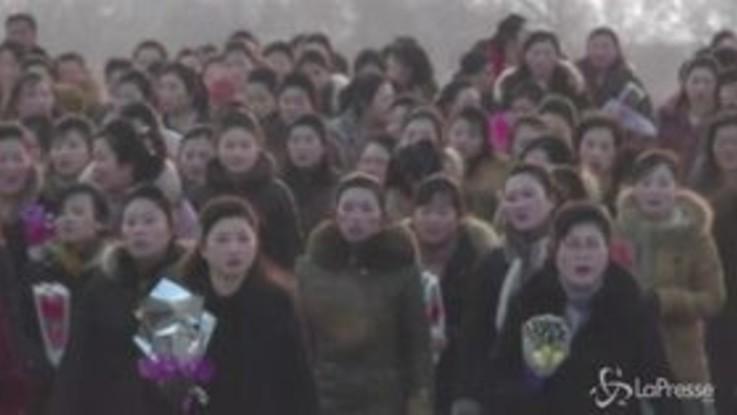 Fiori e inchini, i nordcoreani rendono omaggio a Kim Jong-Il