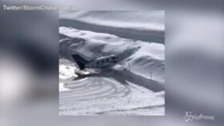 Ghiaccio in pista: l'aereo finisce dritto in un muro di neve