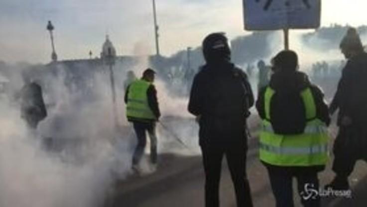 Gilet gialli, nuovi scontri a Parigi: lacrimogeni contro i manifestanti