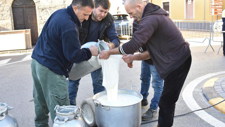 Accordo di tregua sul latte: per i pastori un acconto di 72 centesimi al litro