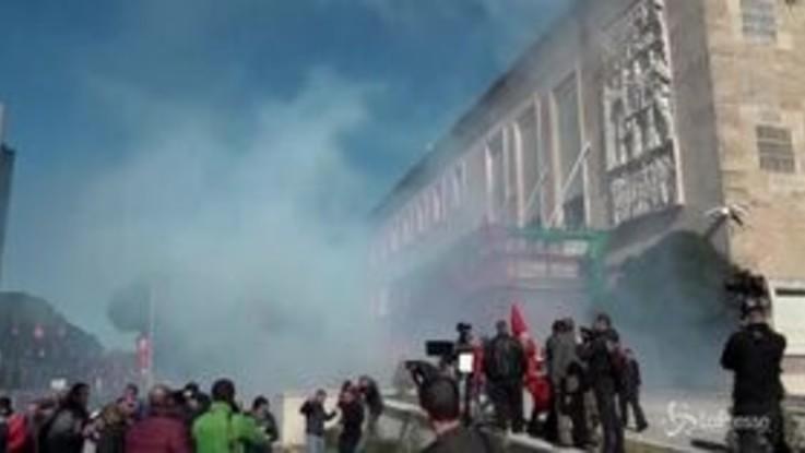 Tirana, opposizione albanese in piazza: assaltata la sede del governo