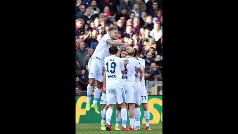 Badelj esulta con i compagni dopo il gol ©